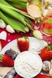 Installation de bonbons et de champagne à Saint-Valentin Photographie stock