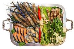Installation de buffet de fruits de mer sur le fond blanc image stock