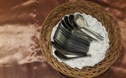 Installation de cuillère dans le panier pour le buffet d'hôtel Images libres de droits