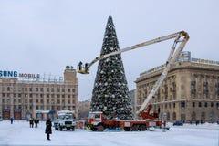Installation de l'arbre de Noël principal de ville sur la place Images libres de droits