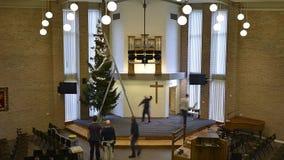 Installation de l'arbre de Noël dans l'église clips vidéos
