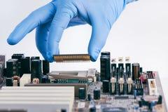 Installation de l'unité centrale de traitement Chip On Motherboard photographie stock libre de droits