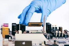 Installation de l'unité centrale de traitement Chip On Motherboard photographie stock