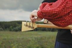 Installation de la balalaïka avec vos mains images stock