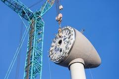 Installation de la maison de rotor en haut d'une nouvelle turbine de vent néerlandaise Photos stock