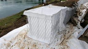Installation de la nouvelle protection d'inondation de barrières de bac à sable photos stock