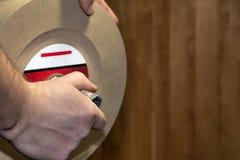 Installation de la pierre de meulage sur la machine de affilage photo stock