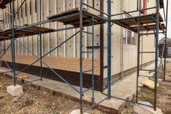 Installation de la voie de garage en plastique sous la brique photo stock