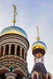Installation de nouveaux dômes de l'église de Christian Orthodox à Iochkar-Ola Image libre de droits