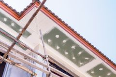 Installation de panneau de soffite et de fasce photo libre de droits