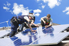Installation de panneau solaire image stock