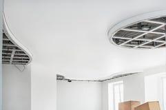 Installation de plafond de plaque de plâtre La réparation d'un appartement les murs de la reconstruction de la propriété photographie stock libre de droits