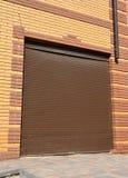 Installation de porte de garage Portes de garage et ouvreurs de porte de garage images stock