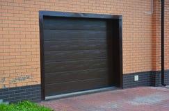 Installation de porte de garage, réparation avec le système de ventilation photos stock