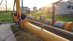 Installation de production et de transformation de gaz Réseau de pipe-lines avec des indicateurs et des valves de pression banque de vidéos