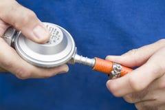 Installation de réducteur de cylindre de gaz pour le tuyau en caoutchouc Photo stock