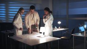 Installation de recherches de technologie : Ingénieurs de développement multiraciaux de l'électronique dans des manteaux blancs f banque de vidéos