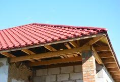 Installation de soffite et de fasce Détail de construction et d'isolation de maison de toiture Toit en métal images stock