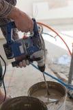 Installation de système électrique de chauffage par le sol dans la nouvelle maison Mélangeur concret de main d'utilisation de tra Photographie stock libre de droits