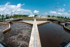 Installation de traitement de l'eau avec de grandes piscines images libres de droits