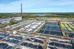 Installation de traitement de l'eau industrielle dans les forêts à feuilles persistantes Image libre de droits