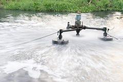 Installation de traitement des eaux usées travaillant au canal sale Photographie stock