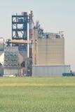 Installation de transformation et cheminée d'évacuation des fumées géante Image libre de droits