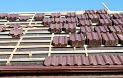 Installation de tuiles de toit photos libres de droits