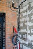 Installation der elektrischen Verdrahtung im Raum, der Anfang der Innenarbeit lizenzfreies stockbild