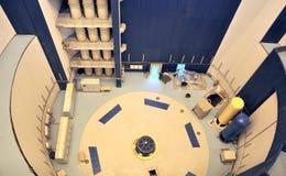 Installation der hydroelektrischen Turbine des großen Gebäudes Lizenzfreie Stockfotos