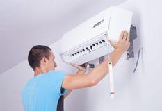 Installation der Klimaanlage Stockfotos