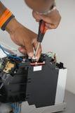 Installation der Klimaanlage, Arbeitskraft schließt elektrische Drähte an Stockfoto
