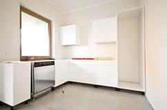 Installation der neuen weißen Küche lizenzfreie stockbilder