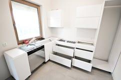 Installation der neuen weißen Küche stockbilder