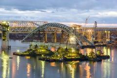 Installation der Spanne der Borsky-Brücke über dem Volga Stockfotografie