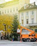 Installation des décorations et de l'arbre de Noël Allemagne de Noël Images stock