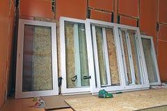 Installation des fenêtres en plastique Images libres de droits