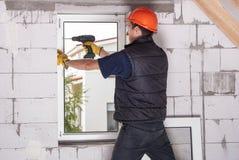 Installation des fenêtres en plastique Photos stock