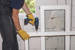 Installation des fenêtres en plastique Image stock