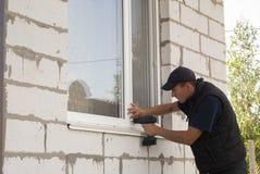 Installation des fenêtres en plastique Photo stock