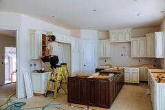 Installation des Küchenschranks stockbilder