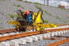 Installation des longerons de chemin de fer images libres de droits