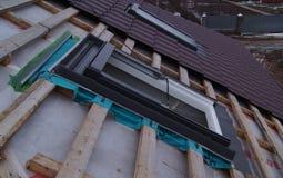 Installation des lucarnes de toit photo libre de droits