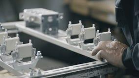 Installation des mains électriques de coffret de l'électricien banque de vidéos