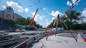 Installation des plats concrets par la grue au hyperlapse de timelapse de site de construction de routes clips vidéos