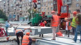 Installation des plats concrets par la grue au timelapse de site de construction de routes banque de vidéos