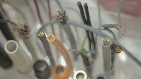 Installation des sections de câble fils sur le support à l'exposition clips vidéos