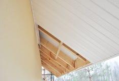 Installation des soffites de toit et des tableaux de fasce photos stock