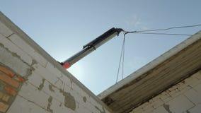 Installation des Stahlbetonbodens im Haus, Baugeräte arbeitet an dem Errichten eines Häuschens stock video footage