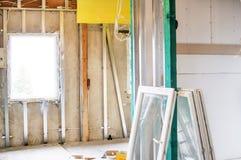 Installation des Trockenmauerbaus und ihrer Isolierung Lizenzfreie Stockfotos